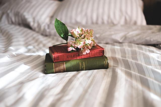 květiny na knihách