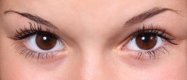 hnědé oči dívky