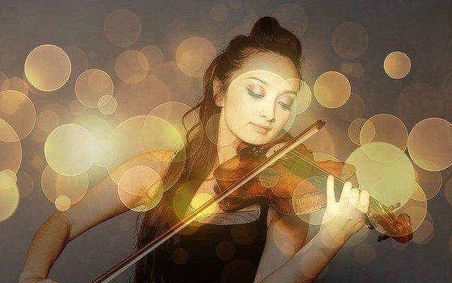 mladá houslistka