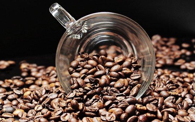 zrnková káva a šálek
