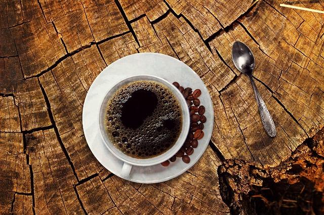 kávový šálek na špalku