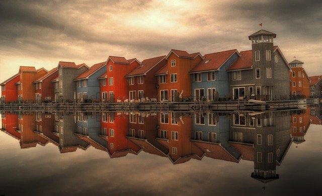 domy na břehu řeky